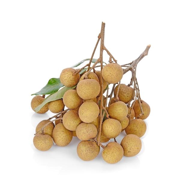 Frutas longan frescas aisladas sobre fondo blanco