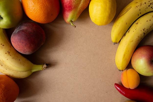 Frutas en madera en vista superior