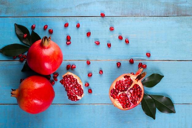 Frutas maduras de la granada en el fondo de madera