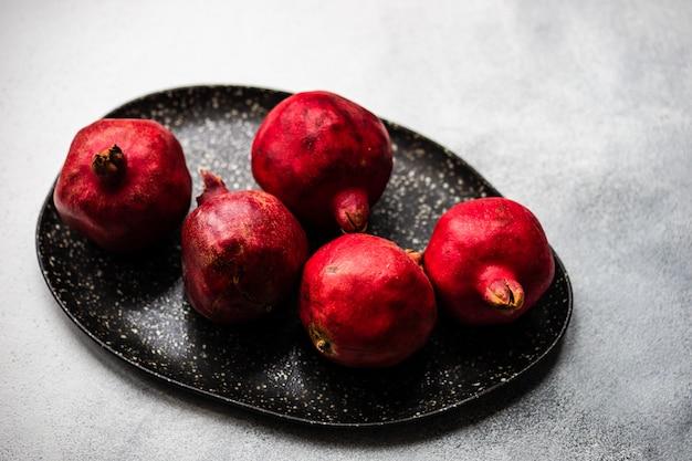 Frutas maduras de granada