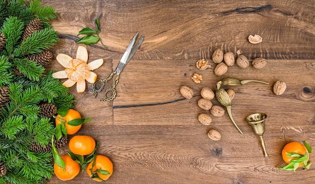 Frutas de mandarina naranja, nueces y accesorios vintage
