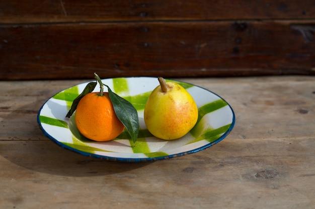 Frutas mandarina y pera en plato de porcelana vintage plato retro