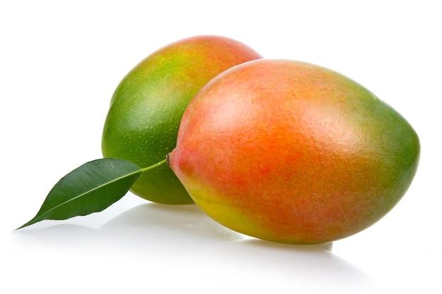 Frutas de mango maduras con hojas aisladas sobre fondo blanco