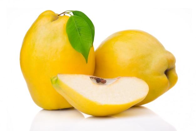 Frutas de membrillo maduras con hojas y rodajas aisladas