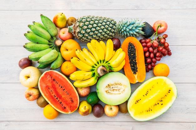 Frutas mixtas con manzana plátano naranja y otras.