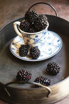Frutas de mora en la taza
