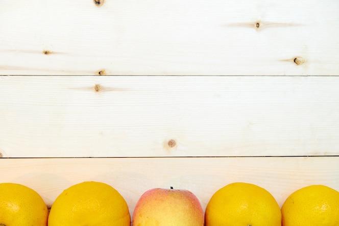 Frutas naranjas frescas sobre fondo de madera