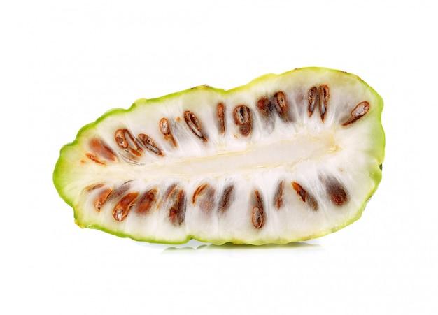 Frutas de noni en el fondo aislado blanco