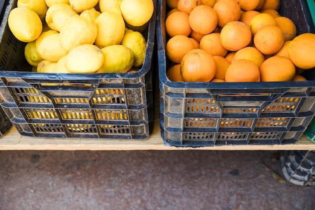 Frutas orgánicas en caja de plástico en el mercado de agricultores locales