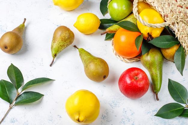 Frutas orgánicas frescas de granja, peras, membrillo, vista superior