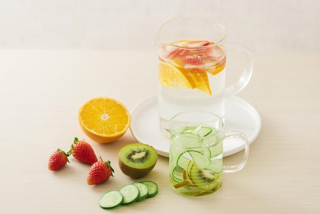 Frutas orgánicas frescas en rodajas preparadas para hacer agua infundida