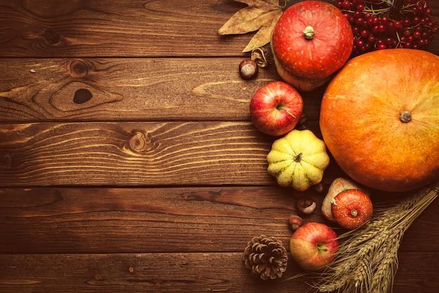 Frutas otoñales en mesa de madera