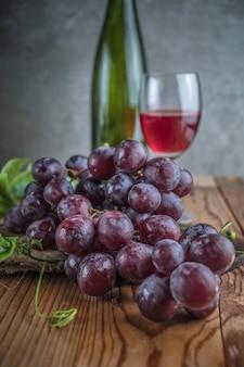 Frutas sanas uvas rojas en el viñedo,