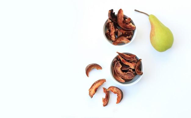 Frutas secas caseras chips rodajas sobre fondo blanco.