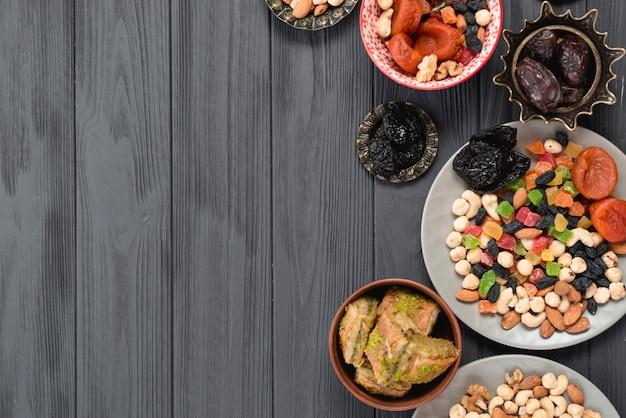 Frutas secas mixtas; nueces; fechas y baklava en el festival de ramadan.