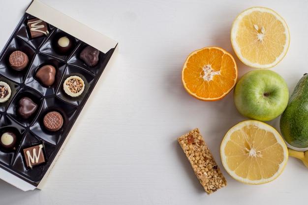 Frutas y snack bar cerca de dulces de chocolate