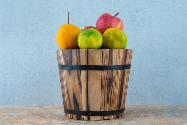 Frutas surtidas en balde.