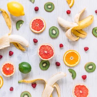 Frutas surtidas en la mesa de madera