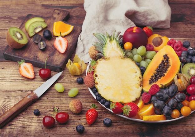 Frutas tropicales crudas frescas en un plato