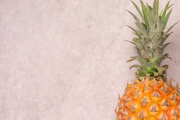 Frutas tropicales y estacionales de verano. piña con fondos de espacio en blanco