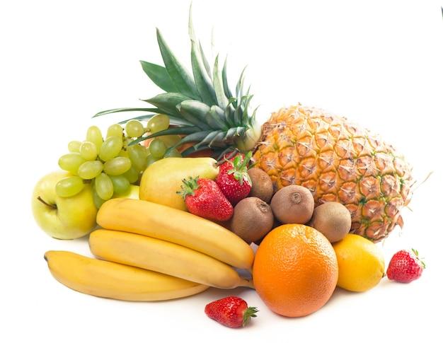 Frutas tropicales exóticas aisladas sobre fondo blanco, comida sana, dieta vegetariana