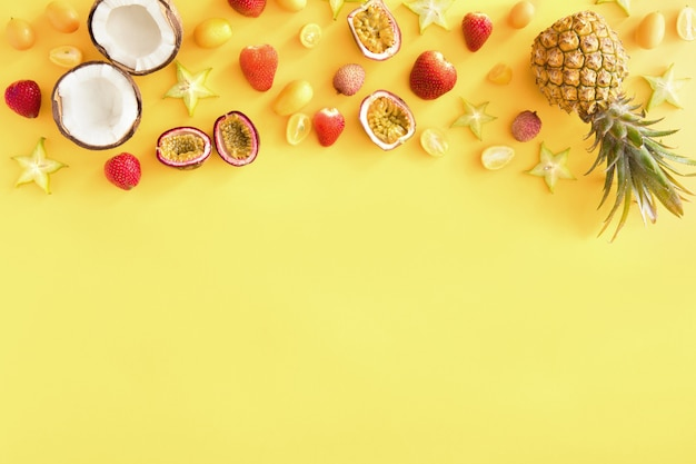 Frutas tropicales exóticas amarillas, pancarta o plantilla,