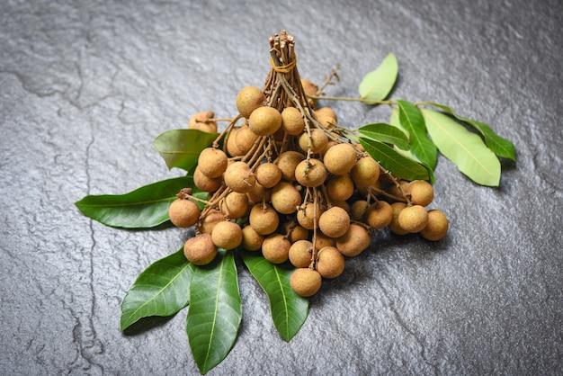 Frutas tropicales frescas y hojas verdes
