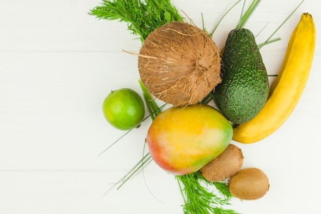 Frutas tropicales y hierbas verdes.