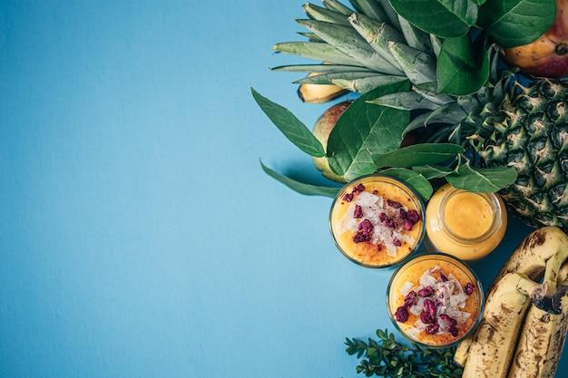 Frutas tropicales jugosas frescas en cajón de madera.