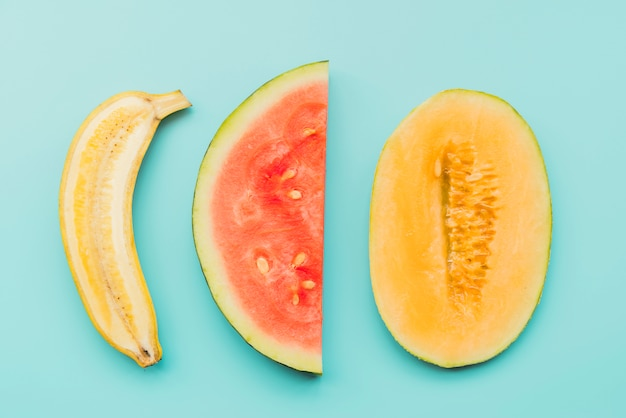 Frutas tropicales maduras en rodajas