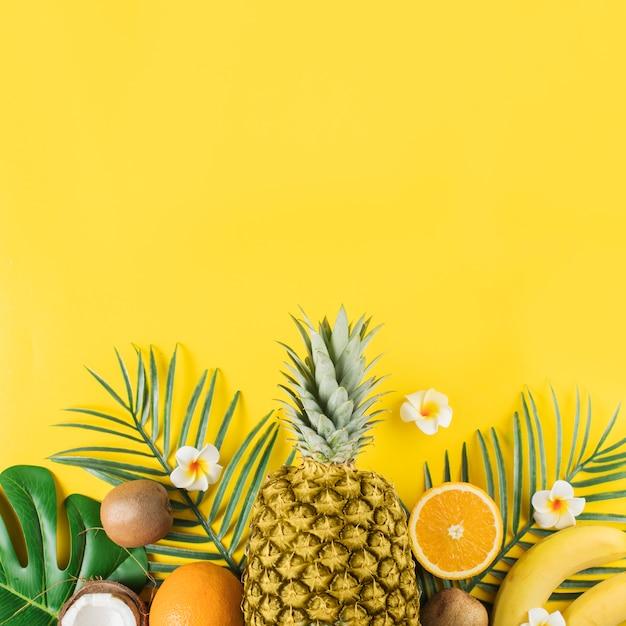 Frutas tropicales y plantas verdes.