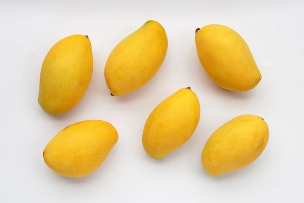 Frutas tropicales en superficie blanca