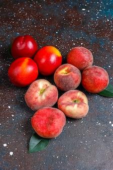 Frutas de verano: duraznos, nectarina y duraznos, vista superior