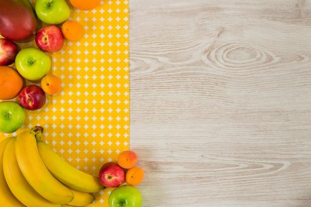 Frutas de verano sobre fondo de madera blanca. vista superior con espacio para el texto.