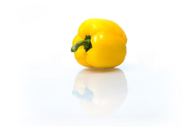 Frutas y verduras frescas aisladas sobre fondo blanco