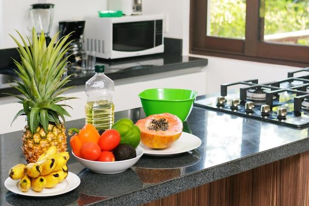 Frutas y verduras frescas en la cocina.