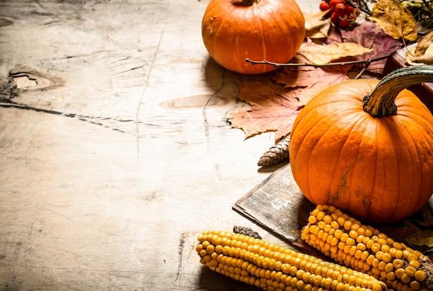 Frutas y verduras maduras de otoño con hojas de colores