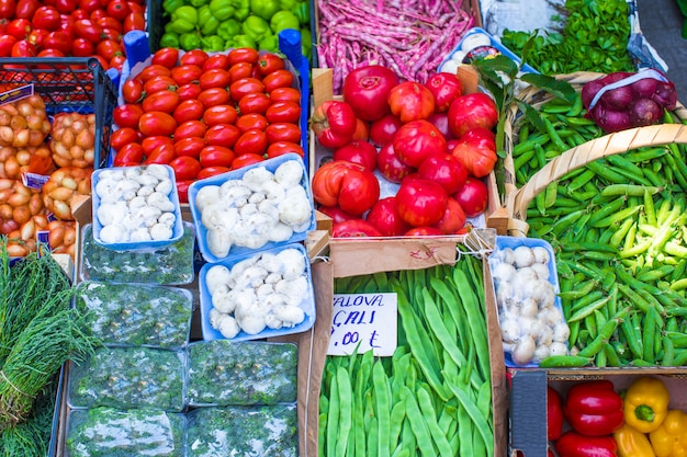 Frutas y verduras en un mercado de agricultores.