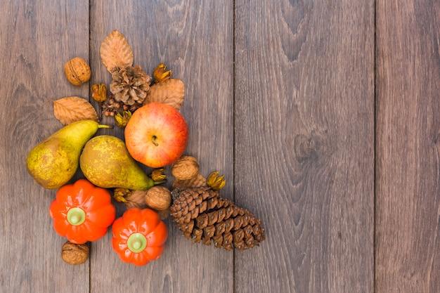 Frutas y verduras en mesa de madera.