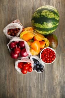 Frutas y verduras en la mesa