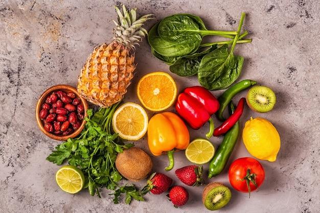 Frutas y verduras ricas en vitamina c. alimentación saludable. vista superior