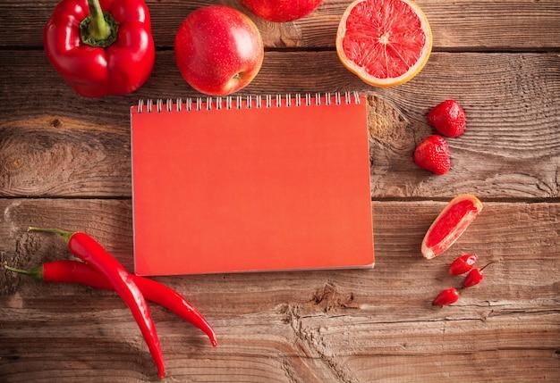 Frutas y verduras rojas sobre fondo de madera