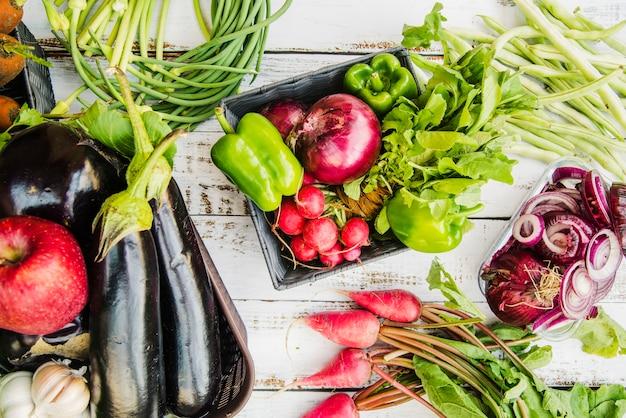 Frutas y verduras saludables en mesa de madera