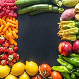 Frutas y verduras sobre negro.