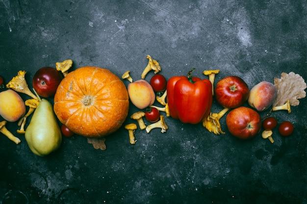 Frutas y verduras de temporada de otoño: calabaza, pera, manzana, maíz, rebozuelos