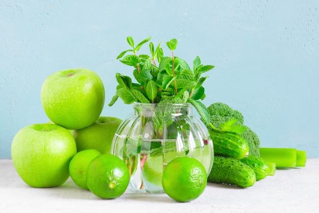 Frutas y verduras verdes frescas para una alimentación saludable.