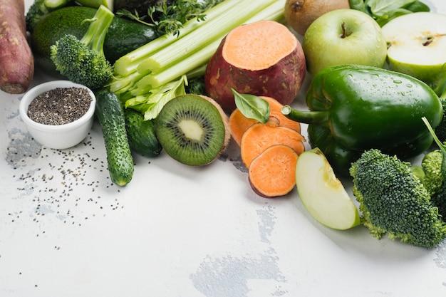 Frutas y verduras verdes sobre blanco
