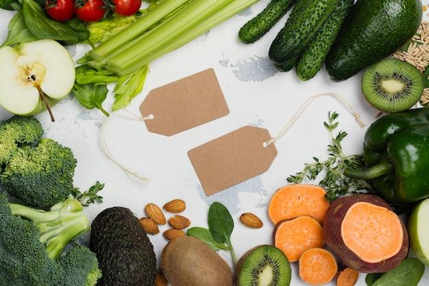 Frutas y verduras verdes sobre fondo blanco