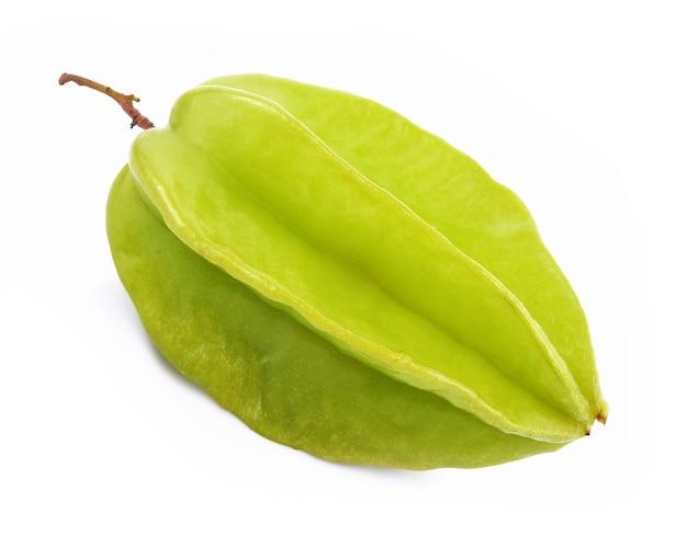 Fruto de carambola aislado sobre fondo blanco.