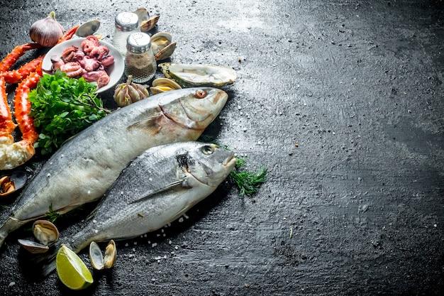 Fruto de mar. pescado fresco, pulpos, cangrejo, ostras al ajillo, hierbas y lima.